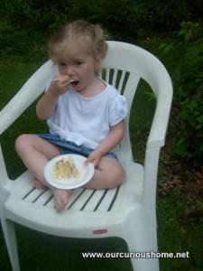 K eating at a picnic